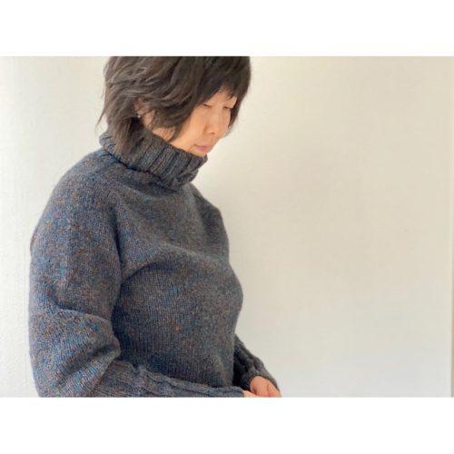 働くタートルネックセーター